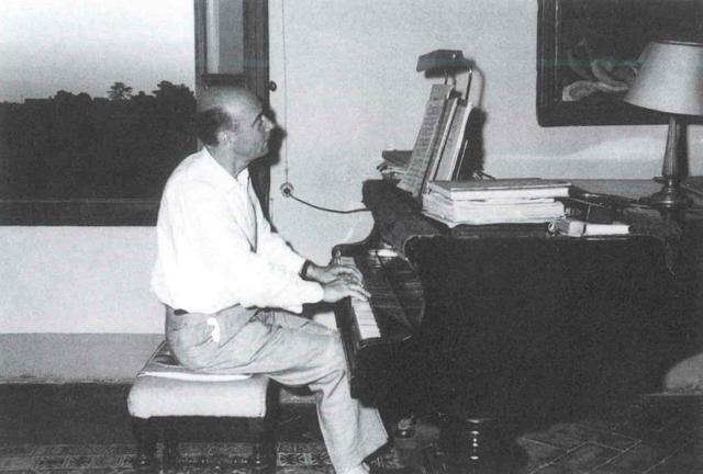 H.-J. Staude al pianoforte nella sua casa in Via delle Campora. (Anni Cinquanta)