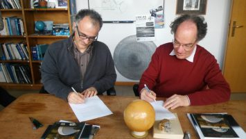 Fig. 15: Filippo Mannucci e Jacopo Staude firmano l'accordo di comodato per il pianoforte di Einstein [Paolo Tozzi]