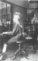 Fig. 5: Hans-Jo al pianoforte nella sua casa paterna di Amburgo (ca. 1917)